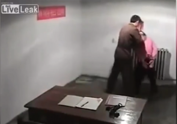 """Procurili snimci premlaćivanja: Pogledajte kako """"ispituju"""" u Sjeveroj Koreji"""