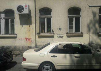 Na zgradi Ustavnog suda RS osvanuo grafit o Srebrenici