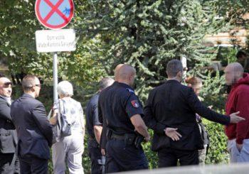 Sarajevo: Policija saslušala Amerikanku zato što je Izetbegoviću pokazala srednji prst