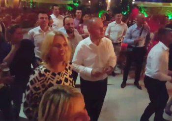 """Komić svira """"Rolling on the river"""", Cvijanovićeva pleše"""