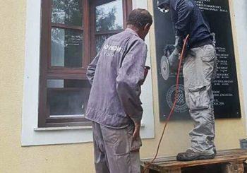 """Skinuta ploča s natpisom """"za dom spremni"""" u Jasenovcu"""