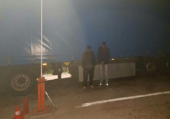 Ilegalni migranti se krili između točkova kamiona