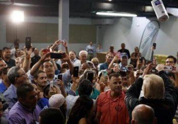 Tramp došao u Portoriko pa bacao rolne ubrusa među ljude