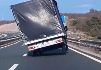 Vožnja na dva točka: Bura umalo oduvala kamion s ceste