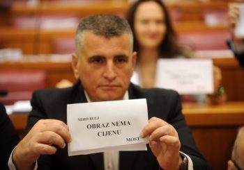 Poslanik Mosta Miro Bulj pokušao da presretne i isprovocira Vučića, obezbjeđenje ga zaustavilo