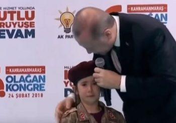 Erdogan preplašenu djevojčicu u uniformi na kongresu svoje partije pozivao da pogine u borbi