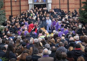Oproštaj od Nebojše Glogovca: Sahranjen u tišini, ispraćen ovacijama na komemoraciji