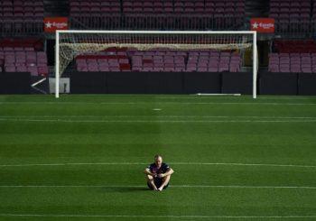 DIRLJIV PRIZOR Iniesta satima poslije meča ostao sam na terenu Nou Campa