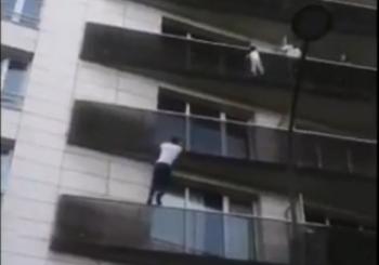 (VIDEO) HEROJ PARIZA Migrant spasio dijete koje je visilo sa balkona