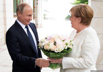 KO KAŽE DA SU NEPRIJATELJI Putin u Sočiju dočekao Merkelovu sa buketom ruža