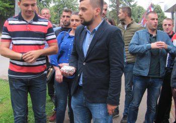 PERFORMANS Mladi SZP-a ostavili na protokolu Ministarstva finansija novčanice od pet pfeninga