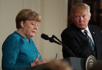 """""""DA NE KAŽEŠ DA TI NIKAD NIŠTA NE DAJEM"""" Tramp Merkelovoj dobacio bombone"""