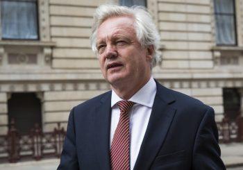 """NEZADOVOLJAN Britanski ministar za """"Bregzit"""" podnio ostavku, smatra da premijerka popušta Briselu"""