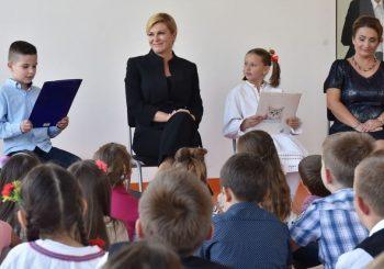 """VIRALNI VIDEO Predsjednica Hrvatske """"utješila"""" djecu da umjesto dvorane imaju livadu"""