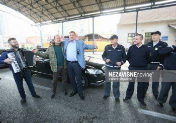 SLAVLJE Dodik dobio šesto unuče, častio policajce na graničnom prelazu u Gradišci