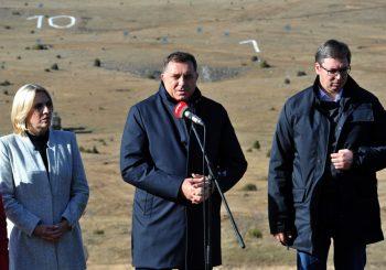 """VEK POBEDNIKA"" Vučić i Dodik na vježbi 8.000 pripadnika Vojske Srbije na Pešteru VIDEO"