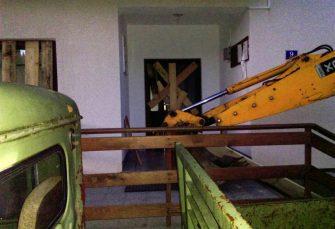 RADIKALIZACIJA PROTESTA Ulaz uprave šumskog gazdinstva u Istočnom Drvaru blokiran teškom mehanizacijom