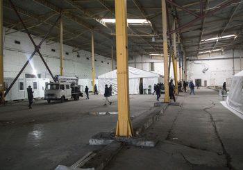 """BIHAĆ Nakon potezanja noževa, 200 policajaca pretreslo migrante u fabrici """"Bira"""", nađeno mnogo hladnog oružja"""