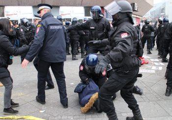 PU BANJALUKA: Identifikovan policajac koji je 25. decembra udarao ženu na Trgu Krajine