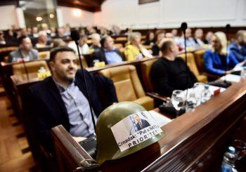 """PORUKA CRNATKU Odbornici SNSD-a i DEMOS-a u banjalučkoj skupštini sa """"NATO-šljemovima"""""""