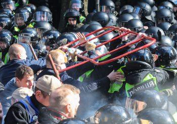 NACIONALISTI GA VIŠE NE VOLE: Predsjednik Ukrajine jedva izbjegao linč na mitingu VIDEO