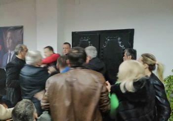 SDS: Tuča na sjednici prijedorskog odbora, protivnike i pristalice saveza sa SNSD-om razdvojila policija
