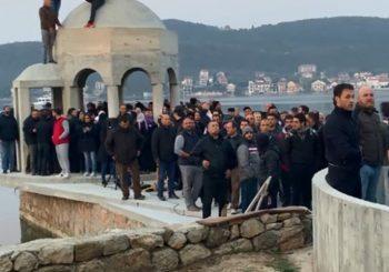 DESANT: Vjernici spriječili rušenje krstionice Suza Njegoševa kod Tivta, crnogorska policija se povukla