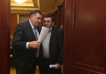 DODIK PREDAO SNSD U DOBOJU PETROVIĆU: Lider stranke raspustio Gradski odbor, a ovu su članovi Povjereništva