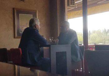 SASTANAK U NEŠTO OPUŠTENIJOJ ATMOSFERI: Milan Miličević i Mirko Šarović na kafi