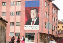 """""""PREDIZBORNI MURAL"""": Portret Milorada Dodika krasi Titovu ulicu u Drvaru"""