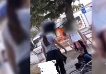 ŠOKANTAN PRIZOR Djevojčica tuče dječaka na ulici u Banjaluci, niko je ne zaustavlja (VIDEO)