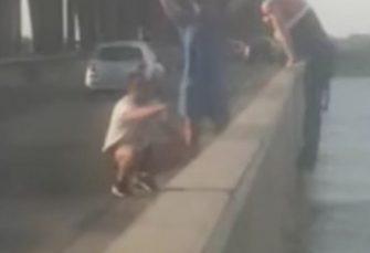 (VIDEO) BEOGRAD: Policija brzom intervencijom spriječila muškarca da skoči s mosta