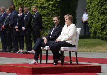 ZBOG NAPADA DRHTAVICE: Merkelova više ne stoji tokom dočeka stranih državnika