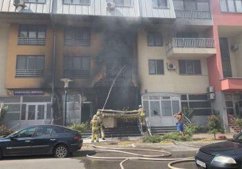 ODJEKIVALE EKSPLOZIJE: Rakete za osvježavanje vazduha izazvale požar na zgradi u Sarajevu