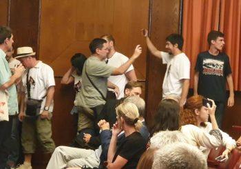 BEOGRAD: Oko 20 osoba prekinulo predstavu o Srebrenici u Kolarčevoj zadužbini