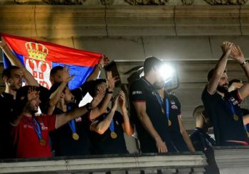 OVACIJE ŠAMPIONIMA EVROPE: Više hiljada navijača u Beogradu na dočeku zlatnih odbojkaša Srbije