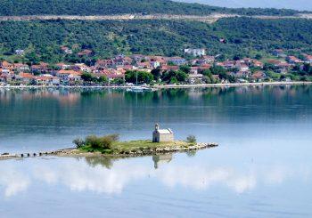 """INCIDENTI KOD ZADRA: Muškarac uhapšen na plaži zbog uzvika """"Ovo je Srbija"""", kamenovane kuće srpskih povratnika"""