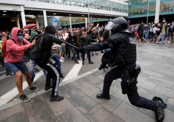 RASTU TENZIJE U KATALONIJI: Demonstranti blokirali aerodrom u Barseloni, sukobili se s policijom