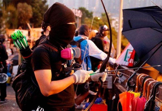 ŽESTOKO U HONG KONGU: Policajci bacaju suzavac na demonstrante, oni ih gađaju strijelama