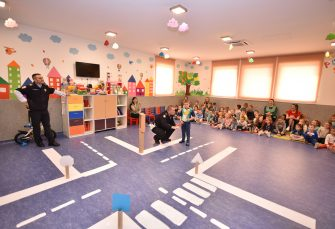 """PREDAVANJE U VRTIĆU """"NEVEN"""" KOMPANIJE ALUMINA: Policijski službenici edukovali djecu o pravilnom ponašanju u saobraćaju"""