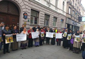 """PROTEST U SARAJEVU: """"Majke Srebrenice"""" ispred ambasade Švedske negodovale zbog Nobela za Handkea"""