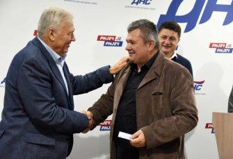 """""""ODGOVOR NEVJERNIM TOMAMA"""": Pavić uručio Prošiću člansku kartu DNS-a"""