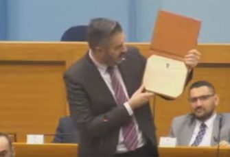 NSRS: Ministar Rajčević pokazao sve svoje diplome opozicionarima (VIDEO)