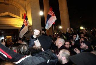 NAPETO U BEOGRADU: Demonstranti pokušali da uđu u Skupštinu Srbije