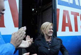 FINIŠ KAMPANJE: Kolindin autobus udario vozilo na putu i produžio dalje