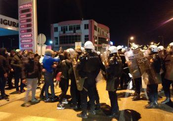 Policija u Nikšiću tukla demonstrante, studenti i navijači protestuju ispred ambasade Crne Gore u Beogradu