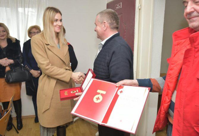 Mlijekoproduktu uručen Zlatni znak Crvenog krsta RS: Velika nagrada za humanost dokaz konstantne posvećenosti i pomoći