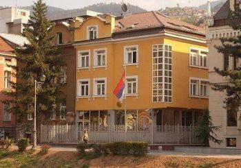 ZAVRŠIO NA PSIHIJATRIJI: Nožem napao policajce ispred Ambasade Srbije u Sarajevu