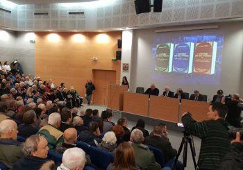 INCIDENT: Nataša Kandić sa saradnicima na promociji knjige Vojislava Šešelja o Srebrenici, došlo do guranja (VIDEO)