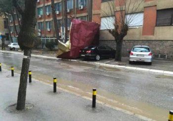 Snažna oluja na jugu Srbije, letjeli krovovi
